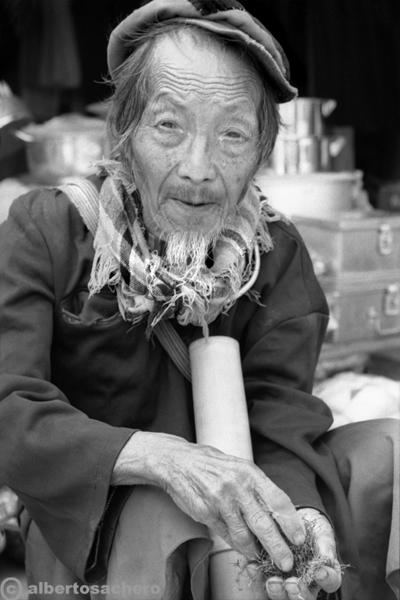 26.Vietnam-uomo-e-tabacco