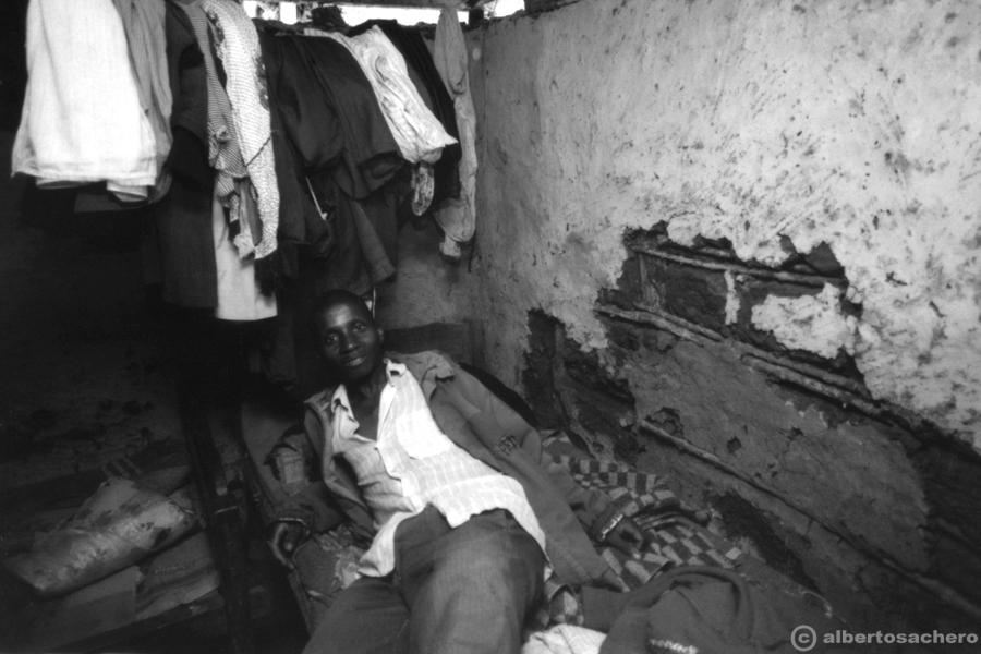 27.uomo-baracca-kenya
