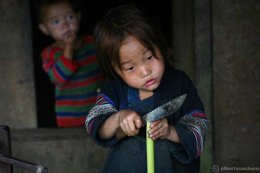 6.Vietnam-bimba-con-coltello